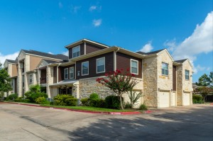 Apartments in Katy, TX - Exterior Apartment Building and Drive